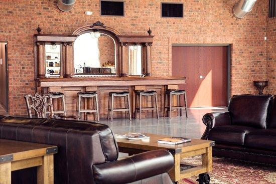 Statesville, Северная Каролина: Antique Flame Oak Tasting Bar
