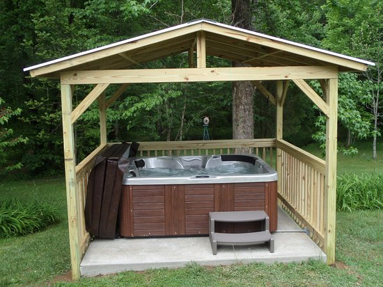 Spencer, Τενεσί: A private hot tub at the Davidson House