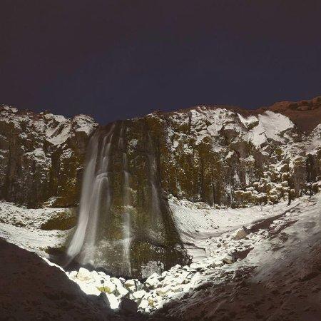 Olafsvik, Island: noční vodopád