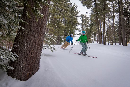 Madison, Нью-Гэмпшир: A couple enjoying King Pine Ski Area that is part of Purity Spring Resort