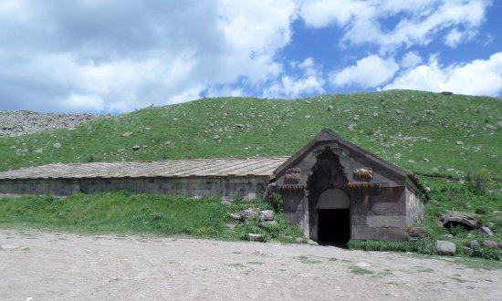 Aghnjadzor, Armenia: La costruzione fu terminata nel 1332 da parte del principe Cesar Orbelyan e dai fratelli
