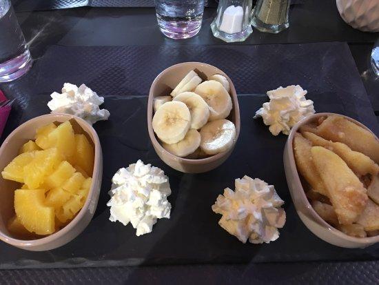 Saint-Avold, France: Salade poularde accompagnée de pain du mineur et mention spéciale pour le dessert préparé à ma d