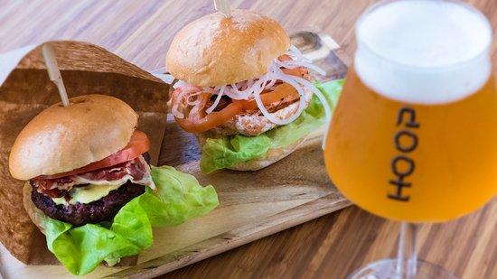Badhoevedorp, The Netherlands: Sliders - twee 100 grams burgers op boter getoaste bollen