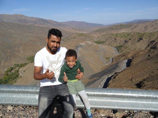 Desert Dream 4x4 Tours: Immer cool bleiben: Youness mit meinem Sohn, Pausenstop im Atlasgebirge