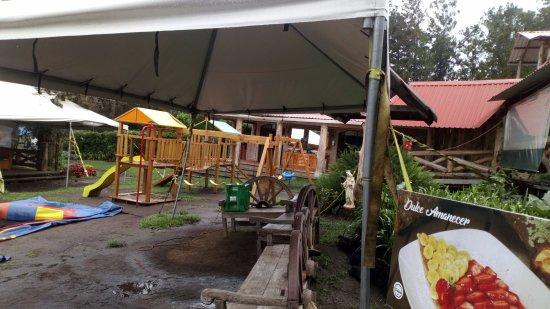 Santa Catarina Pinula, Guatemala: Esta Area de niños y jardines muy bien diseñada vista accesible desde tu mesa.