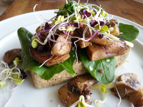 Whangaparaoa, Nueva Zelanda: Sauteed mushrooms on homemade Paleo bread