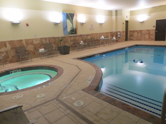Hilton Promenade at Branson Landing: Pool and hot tub in north building