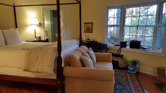 Foxfield Inn: Another view of the deluxe Garden Room