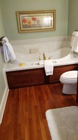 Foxfield Inn: The bathroom in the deluxe Garden Room
