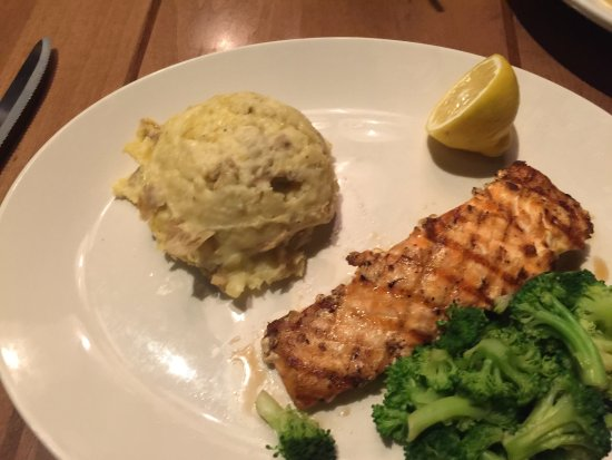 Gambrills, แมรี่แลนด์: Grilled salmon with broccoli & mashed potatoes
