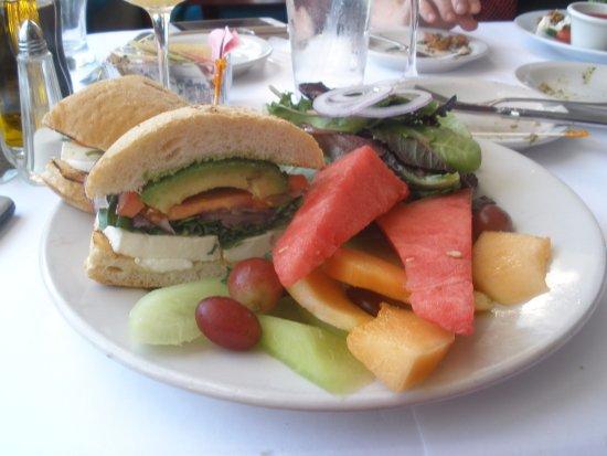 Pleasanton, Kalifornien: mozzarella sand w/ great fruit and veg accompniment