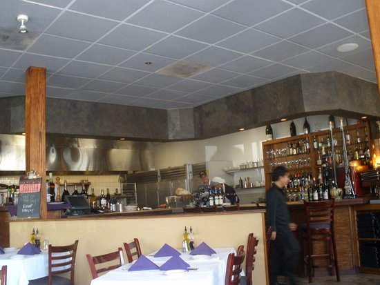 Pleasanton, Kalifornien: bar area, and tables, which filled fast