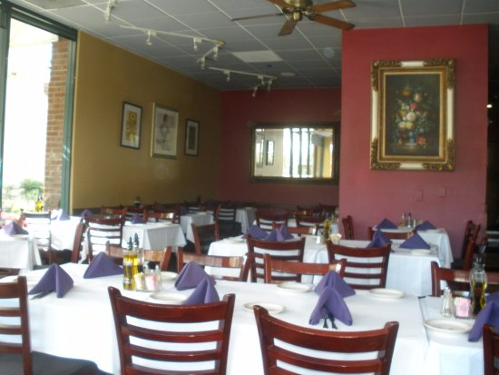 Pleasanton, Kalifornien: people filled tables quickly and didn't leave