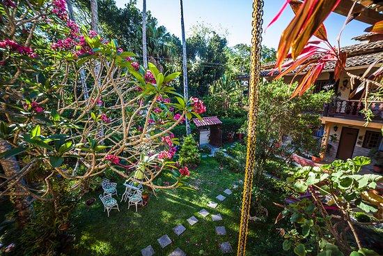 Portal dos Borbas : Jardim da pousada vista da varanda superior.