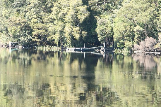 Strahan, Australien: Gordon river, the reflection off the water.