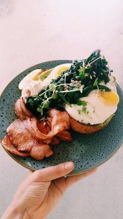 Yamba, Avustralya: Bob's organic lemon wilted kale on our Morning After // bacon + eggs