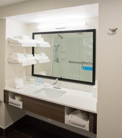 Wooster, OH: Suite Bathroom