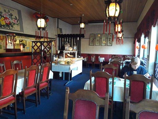 Ronneby, Sweden: Del av matsalen. Trevligt med maten för självservering i rummet och stora fönster så att man kan