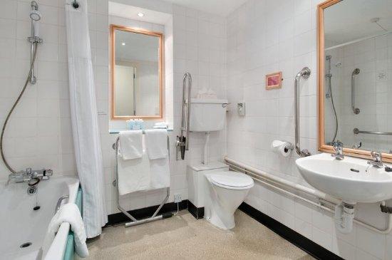 Hilton Coylumbridge Hotel: Accessible Bathroom
