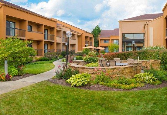 Deerfield, IL: Courtyard