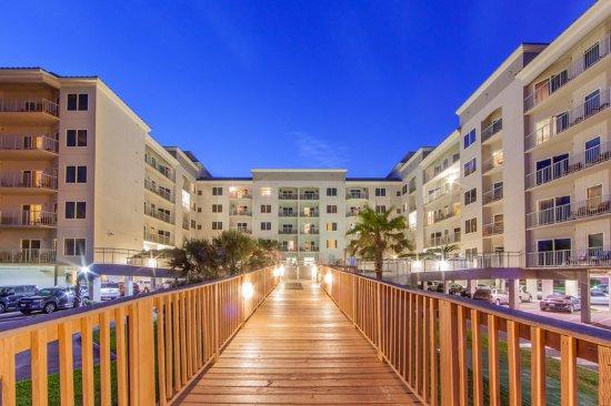 Holiday Inn Club Vacations Galveston Beach Resort: Private walkway to beach