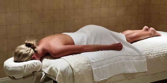 Madison Beach Hotel, Curio Collection by Hilton: Massage in Spa Treatment Room