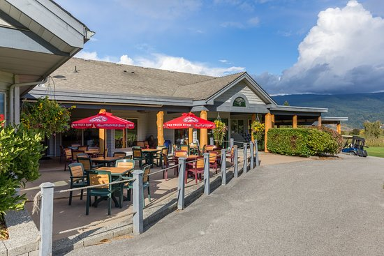 Sechelt, Kanada: The patio and back of the golf shop at Blue Ocean Golf Club