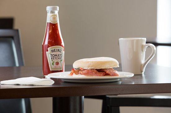 Holiday Inn Express Birmingham NEC: Build your own bap for brekkie with some delicious bacon