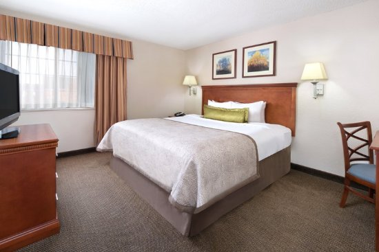 Candlewood Suites Kenosha: One Bedroom King Suite bedroom