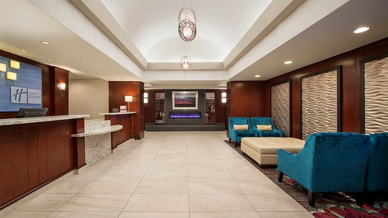Sherwood Park, Canada: Enjoy the Holiday Inn Express's cozy and comfortable lobby