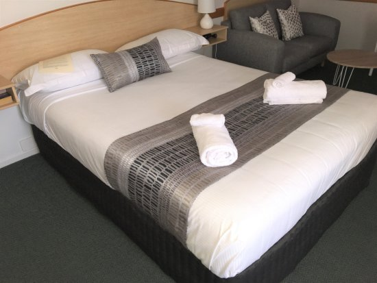 Warwick Vines Motel : Our Deluxe rooms are larger than most and include microwave coffee making machine fridge etc