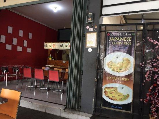 Makan di zushioda Bali lumayan enak harga juga tidak mahal tapi .,,, gunakan motor karena parkir