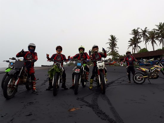 Mengwi, Indonesia: Riders on the beach