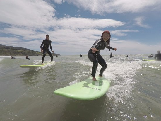 Raglan, Neuseeland: Lucy put her best foot forward and caught a nice one with another student