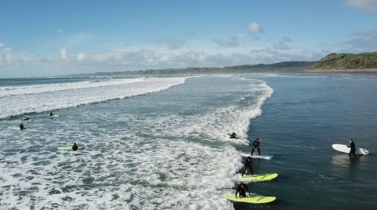Raglan, Nueva Zelanda: The Green Wave crew catches a party wave on a beautiful sunny afternoon!