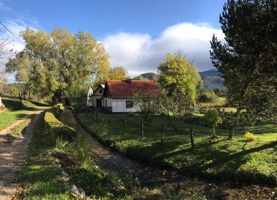 Korenica, Croatia: 房屋前有小路有小溪流過~真的美的像幅畫