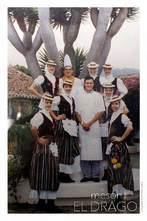 Tegueste, Spanien: Foto D. Carlos Gamonal padre e hijo, junto  con romeras con traje típico Orotava