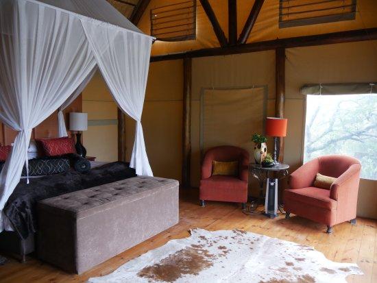 Amakhala Game Reserve, Sudáfrica: Inside the tent.