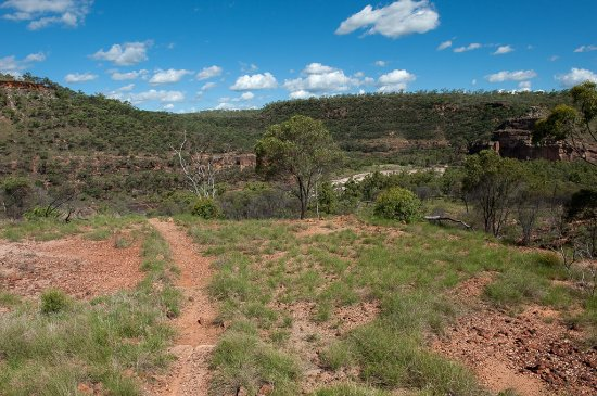 Hughenden, Australien: the trail down into the gorge