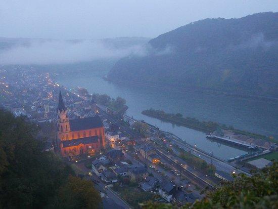 Oberwesel, Tyskland: 山上からはこのような眺めになります。目立つ建物です