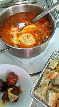 Oeiras, Πορτογαλία: Sopa de tomate com ovo escalfado e enchidos