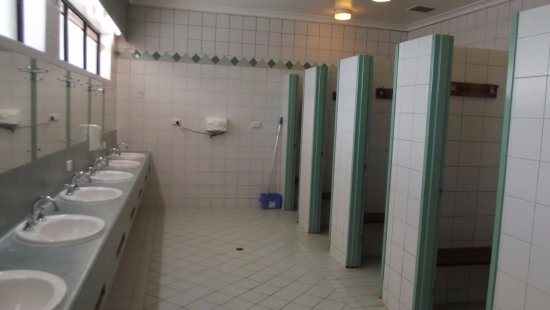 Forrestfield, Australie : Clean and roomy shower cubicles.