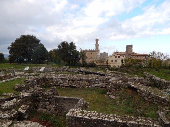 Parco Archeologico: Il parco con Palazzo dei Priori di sfondo