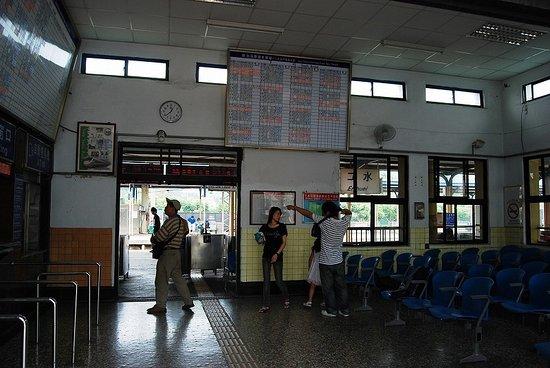 Ershui Station: 二水駅の構内
