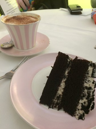 Storrington, UK: Delicious Oreo Cake with a Cappuccino