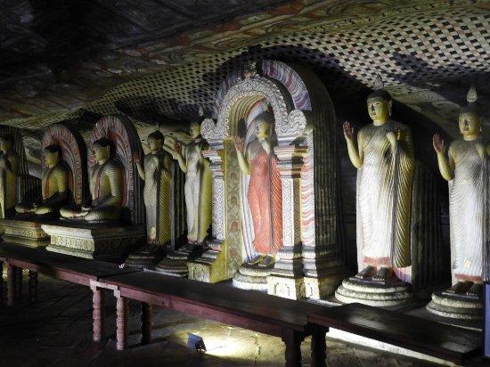 Dambulla, Sri Lanka: vele boudha's op een rij