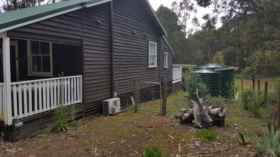 Nyamup, Australia: Other side (& rain tanks)