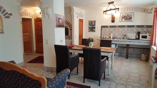 Mein Domizil Hotel: Wohnzimmer Mit Essbereich Und Küchenzeile