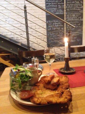 Neustrelitz, Germany: ... ein wundervolles Schnitzel mit perfekten Wein