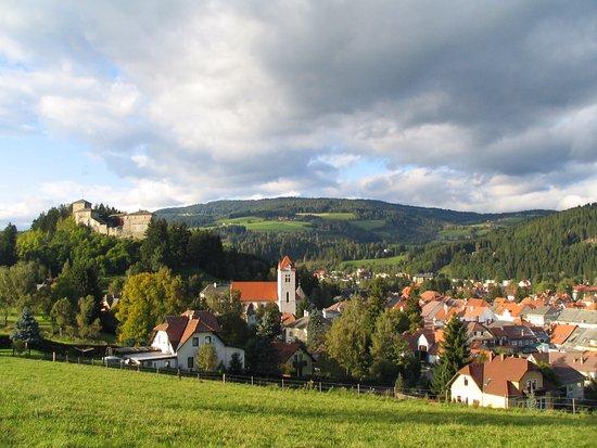 Styria, Österrike: Neumarkt in der Steiermark mit seiner Pfarrkirche und dem Europahaus Schloss Forchtenstein